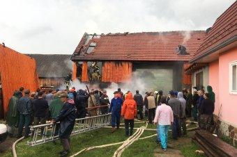 Kétszáz ember oltotta a villámcsapás okozta tüzet Kápolnásfaluban
