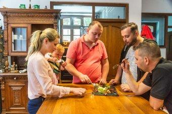 Főzőműsor a kamerák mögött – gyorsan elkészíthető, különleges receptek a Főnix Konyhától