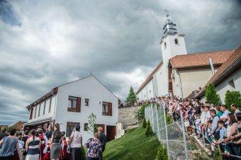 Az új napközi és megifjodott öreg iskola ünnepe Lövétén