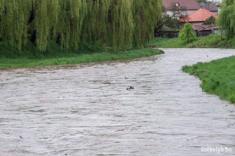 Szombat reggelig viharokra lehet számítani, újabb riasztás áradásra