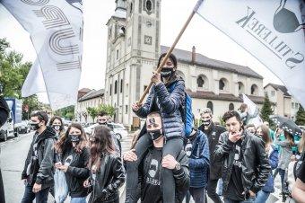 Eső? A fiatalokat nem hatja meg – diáknapi felvonulás képekben