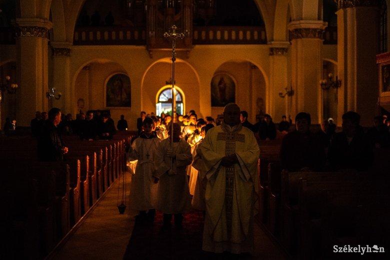 Nagyszombat este Jézus feltámadását ünneplik a katolikus templomokban