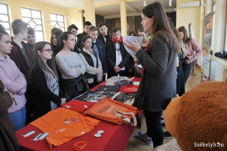 Nyitottak a fiatalok, szociális téren segítenek a legszívesebben