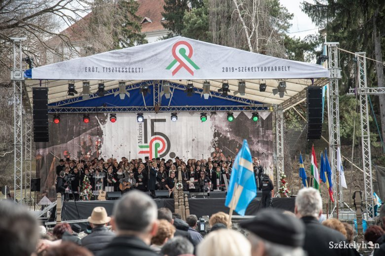 Büntetés a március 15-i zászlók miatt Székelyudvarhely polgármesterének