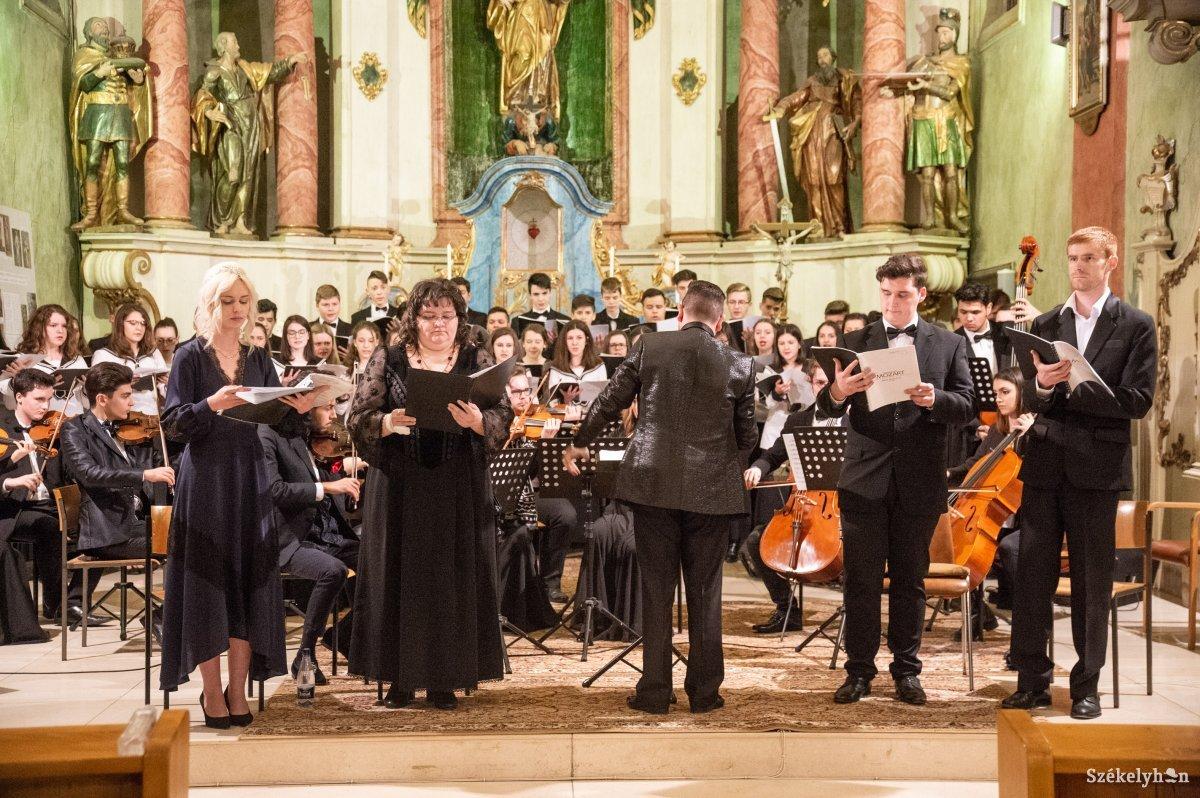 https://media.szekelyhon.ro/pictures/udvarhely/aktualis/2019/10_marcius/01/o_hangveseny-koncert-ba-11.jpg