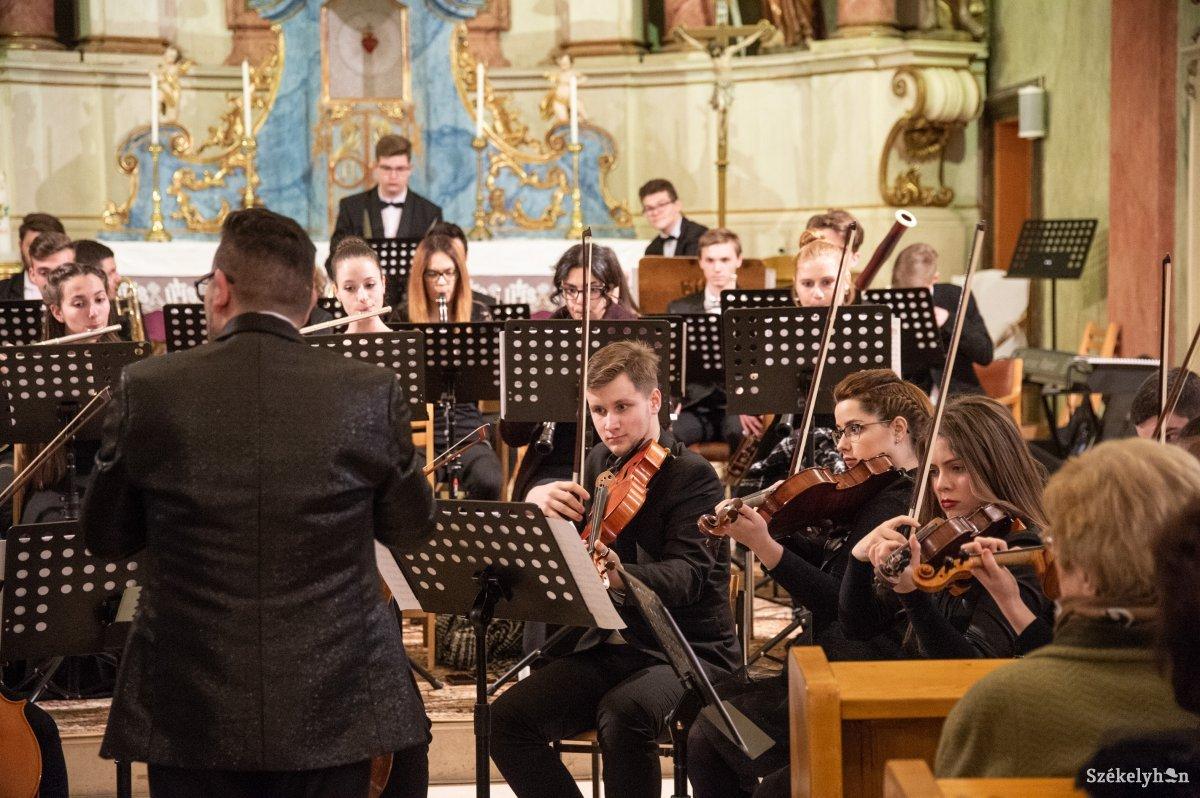 https://media.szekelyhon.ro/pictures/udvarhely/aktualis/2019/10_marcius/01/o_hangveseny-koncert-ba-3.jpg