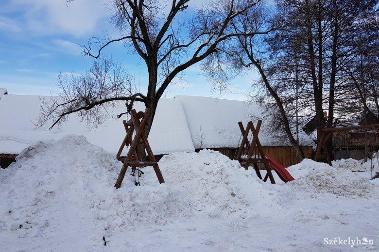A pofátlanság mintapéldája: játszótérre hordta a havat saját udvaráról
