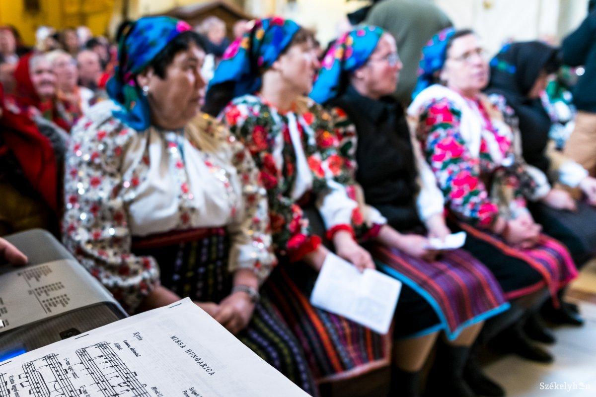https://media.szekelyhon.ro/pictures/udvarhely/aktualis/2019/12_januar/02/o_csango-mise-vn-009.jpg