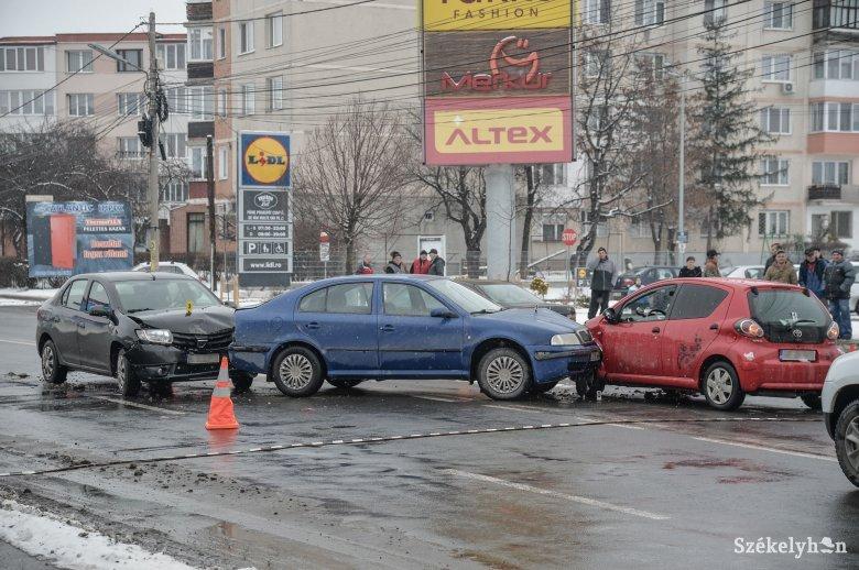 Három autó ütközött össze Székelyudvarhelyen, két személyt kórházba vittek