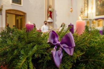 Örömvasárnap Szombatfalván: három gyertya lángja fénylik