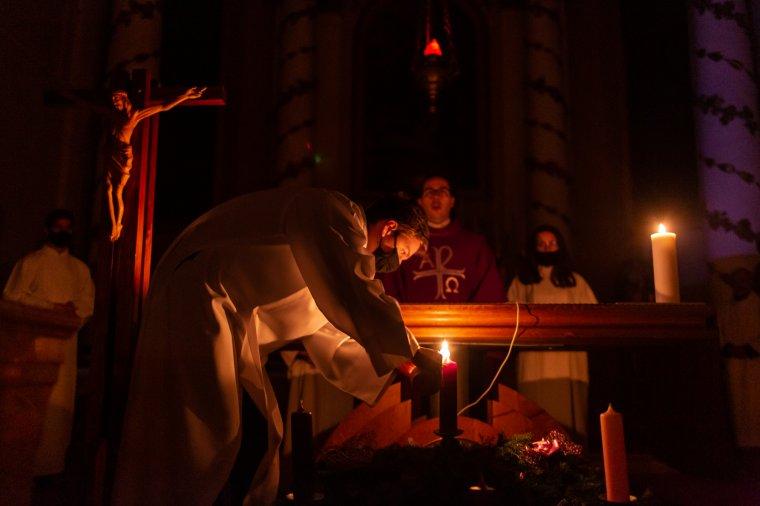 Lobog az adventi első gyertya lángja Székelyudvarhelyen