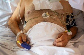 Oxigénadagolókkal segíti az otthon ápolt fertőzötteket a Vöröskereszt