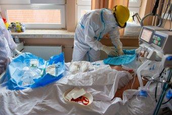 Lassul a fertőzés terjedése Spanyolországban, de sok a fertőzött a kórházakban és az intenzíven