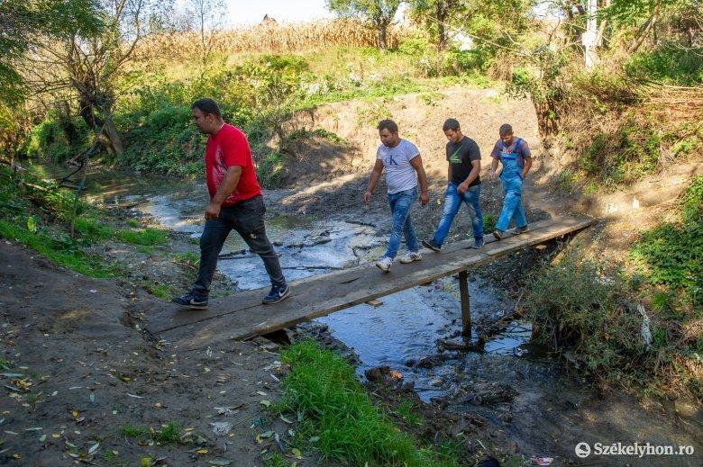 Új hidat építenek a csekefalvi roma közösségnek