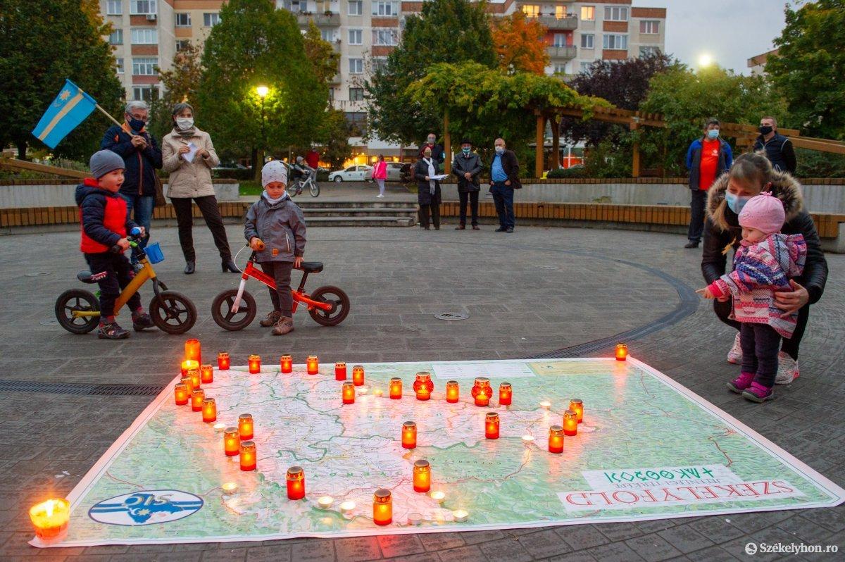 https://media.szekelyhon.ro/pictures/udvarhely/aktualis/2020/03-oktober/o_autonomia_nap_belo-5.jpg