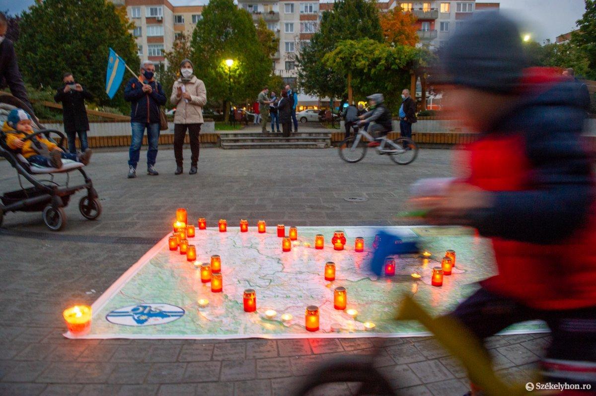 https://media.szekelyhon.ro/pictures/udvarhely/aktualis/2020/03-oktober/o_autonomia_nap_belo-6.jpg