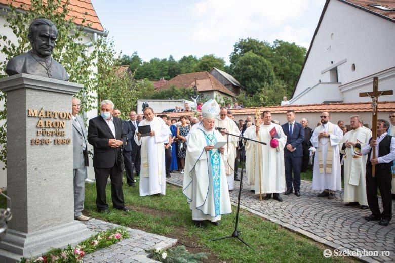 Szobrot állítottak Márton Áron püspöknek Lövétén