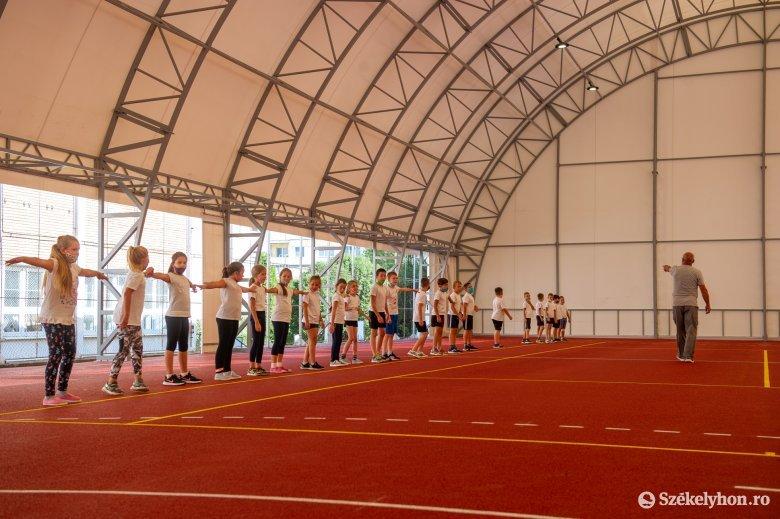 Marad a maszk a tornateremben, csak szabadlevegőn, megfelelő távolságtartás mellett sportolhatnak a diákok anélkül
