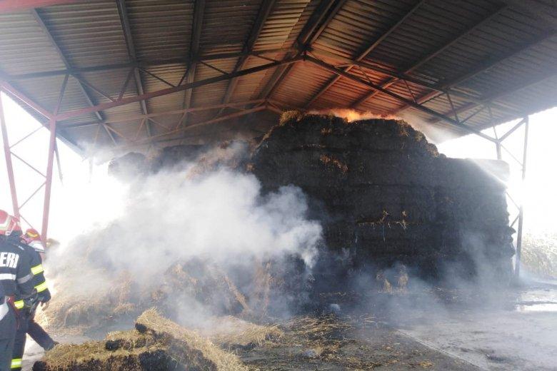 Szalmabálák lángoltak a fiatfalvi csirkefarmnál