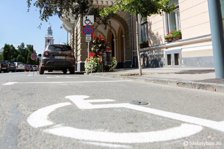Speciális parkolóhelyek: hathatós hatósági fellépést várnak a mozgásukban korlátozottak