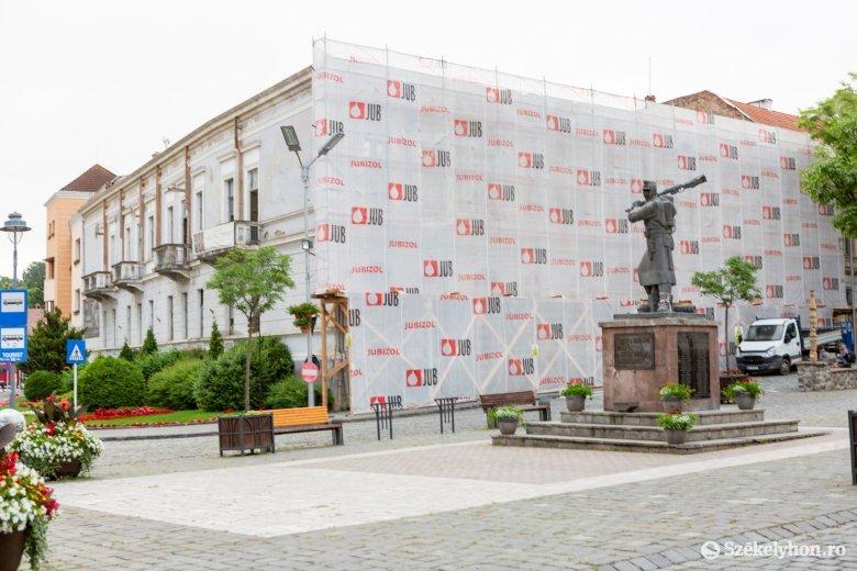A pincétől a padlásig megújul a székelyudvarhelyi Márton Áron tér emblematikus épülete