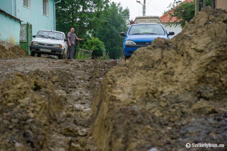 Sárral, kellemetlenséggel jár a felújítás, nem lehet visszaállítani a munkaterületet az esőzések miatt