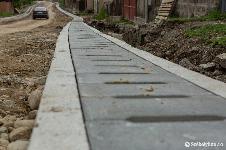A járványügyi helyzettől függetlenül is jól haladnak az útfelújítási munkálatok