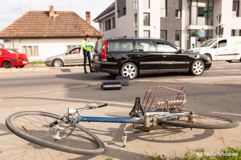 Súlyosan megsérült az autónak csapódó kerékpáros