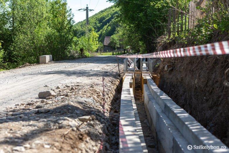 Jelentős útfelújítás zajlik a Szeltersz völgyében