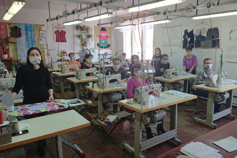Iskolákban varrják a maszkokat