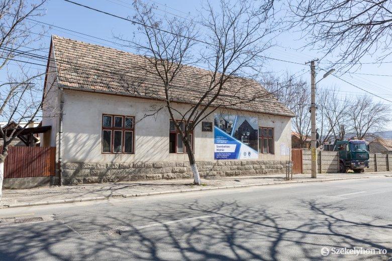 Korszerű foglalkoztató-központtá alakul az egykori szombatfalvi Népház épülete