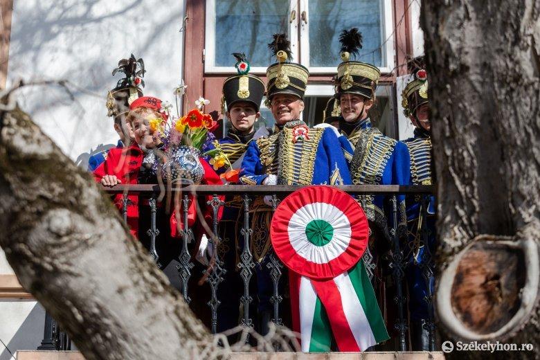 """Közös erkélyi himnuszénekléssel """"dobták fel"""" a nem szokványos erdélyi március 15-ét"""