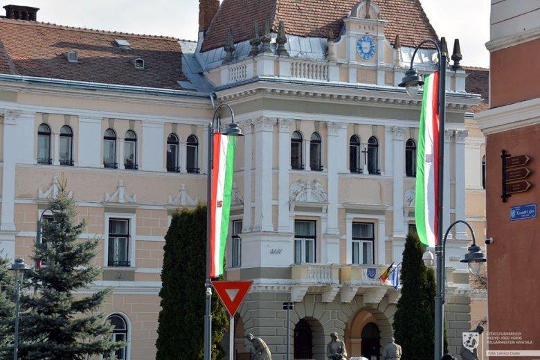 Székelyudvarhely polgármesterét is megbírságolták a magyar zászlók miatt