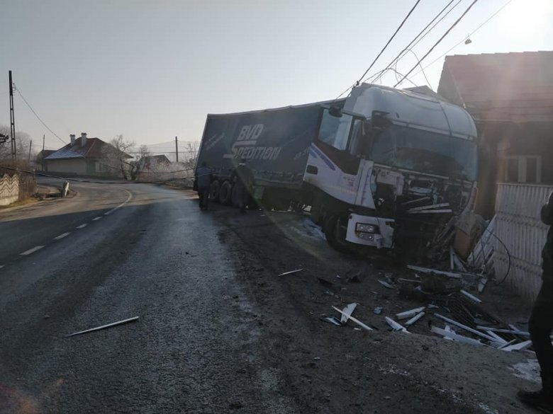 Kerítésnek ütközött egy nyerges vontató Kobátfalván