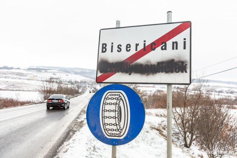 Fekete festékszóróval fújták le a magyar feliratot több helységnévtáblán – frissítve