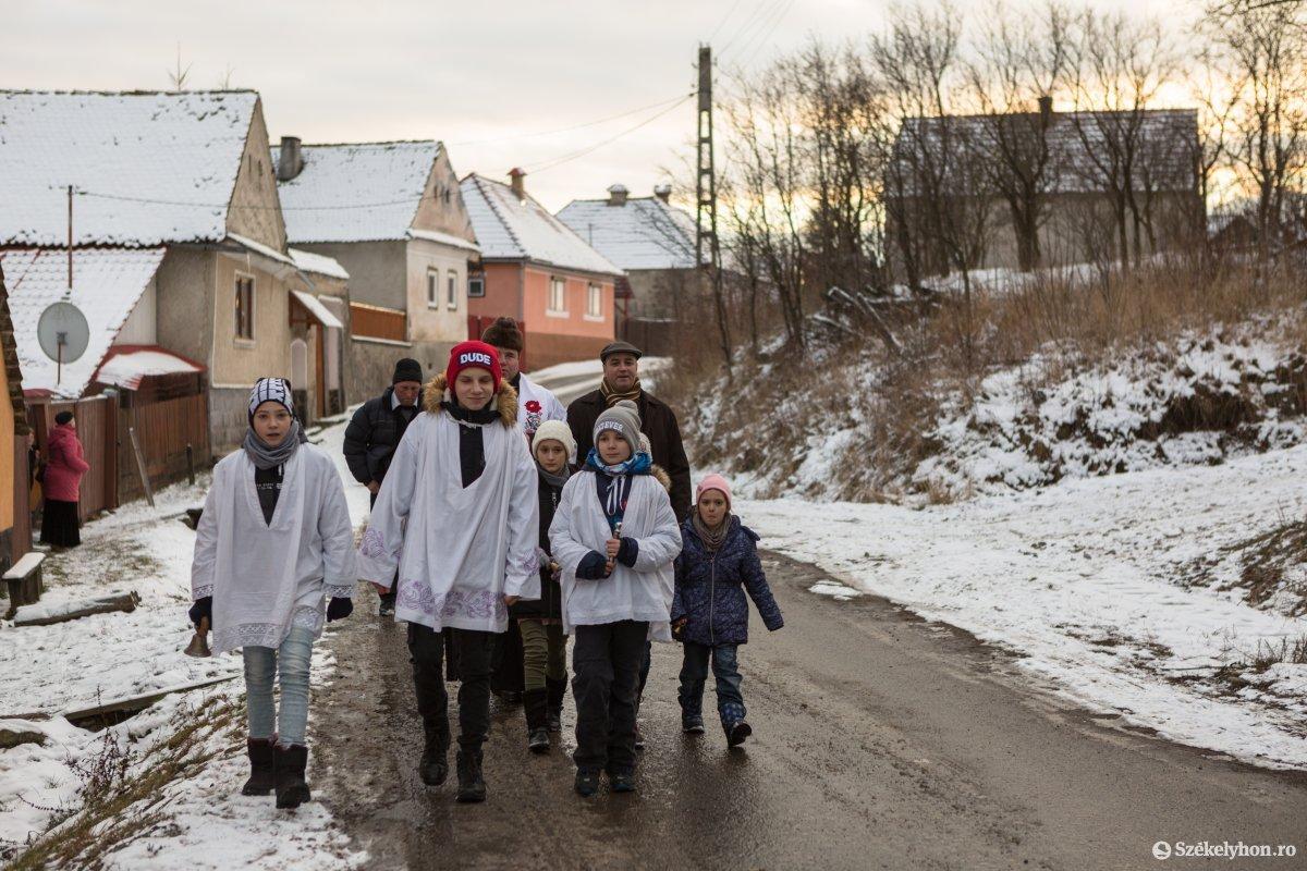 https://media.szekelyhon.ro/pictures/udvarhely/aktualis/2020/12-januar/o_vizkereszt-hazszenteles-gyepes-13-of-25-.jpg