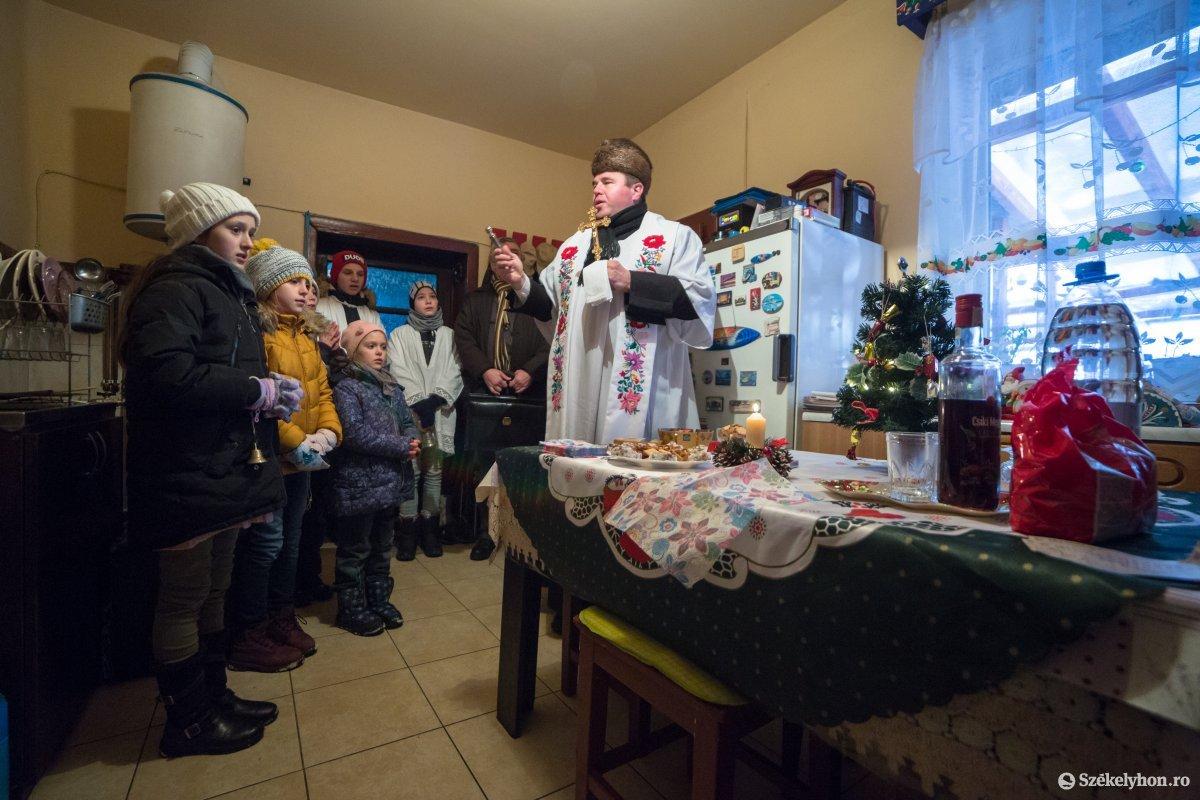 https://media.szekelyhon.ro/pictures/udvarhely/aktualis/2020/12-januar/o_vizkereszt-hazszenteles-gyepes-18-of-25-.jpg