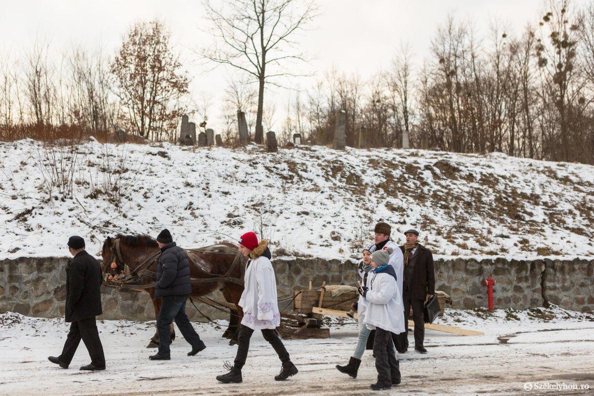 https://media.szekelyhon.ro/pictures/udvarhely/aktualis/2020/12-januar/o_vizkereszt-hazszenteles-gyepes-2-of-25-.jpg