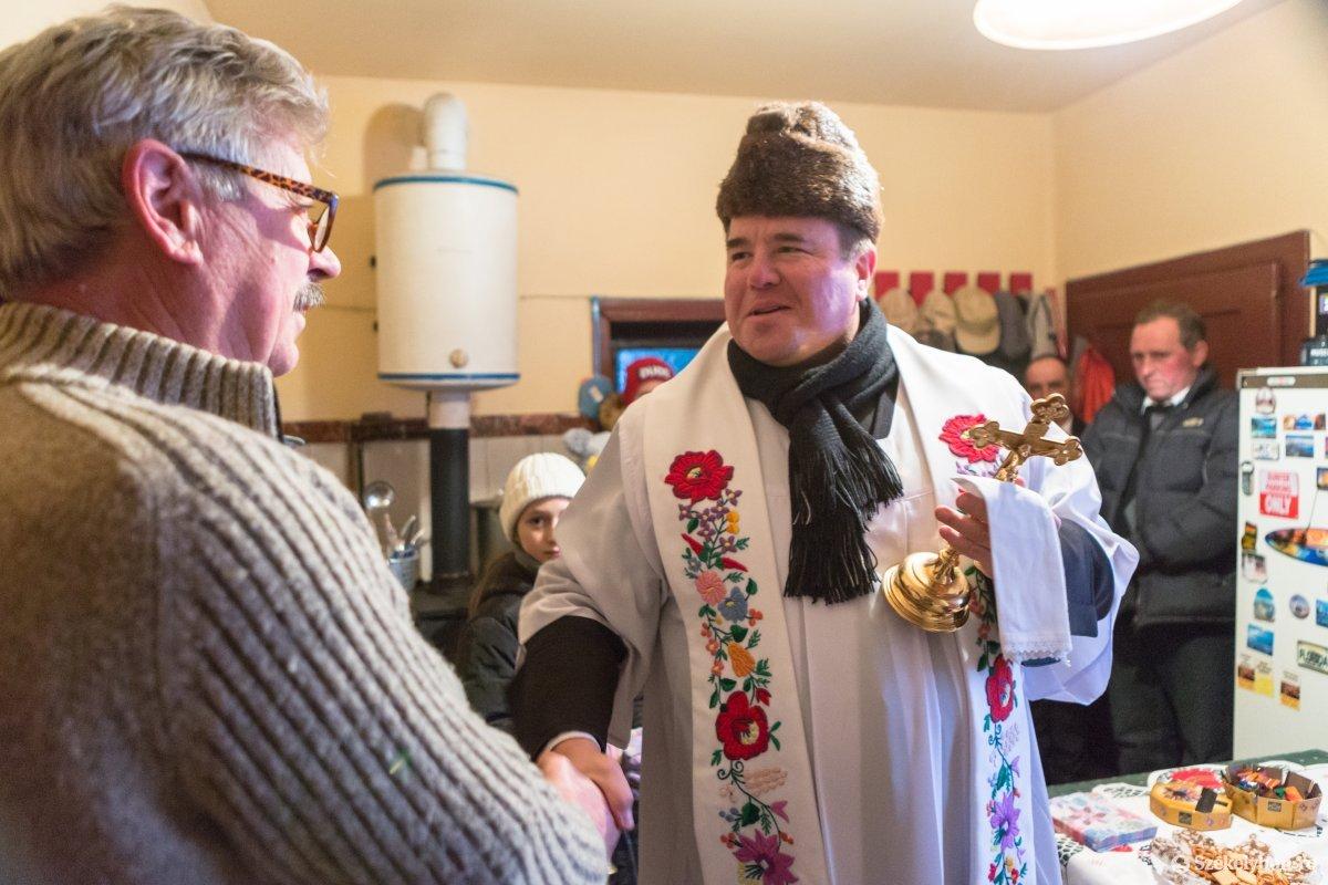 https://media.szekelyhon.ro/pictures/udvarhely/aktualis/2020/12-januar/o_vizkereszt-hazszenteles-gyepes-20-of-25-.jpg