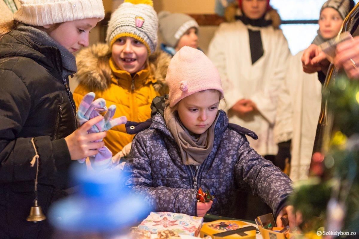https://media.szekelyhon.ro/pictures/udvarhely/aktualis/2020/12-januar/o_vizkereszt-hazszenteles-gyepes-22-of-25-.jpg