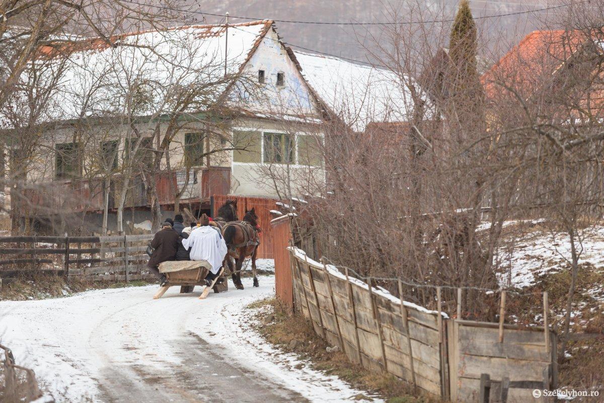 https://media.szekelyhon.ro/pictures/udvarhely/aktualis/2020/12-januar/o_vizkereszt-hazszenteles-gyepes-25-of-25-.jpg