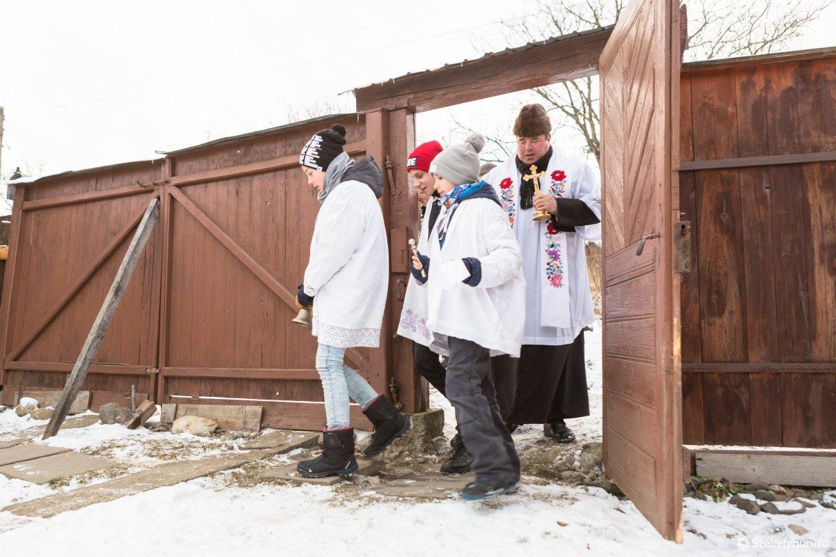 https://media.szekelyhon.ro/pictures/udvarhely/aktualis/2020/12-januar/o_vizkereszt-hazszenteles-gyepes-4-of-25-.jpg