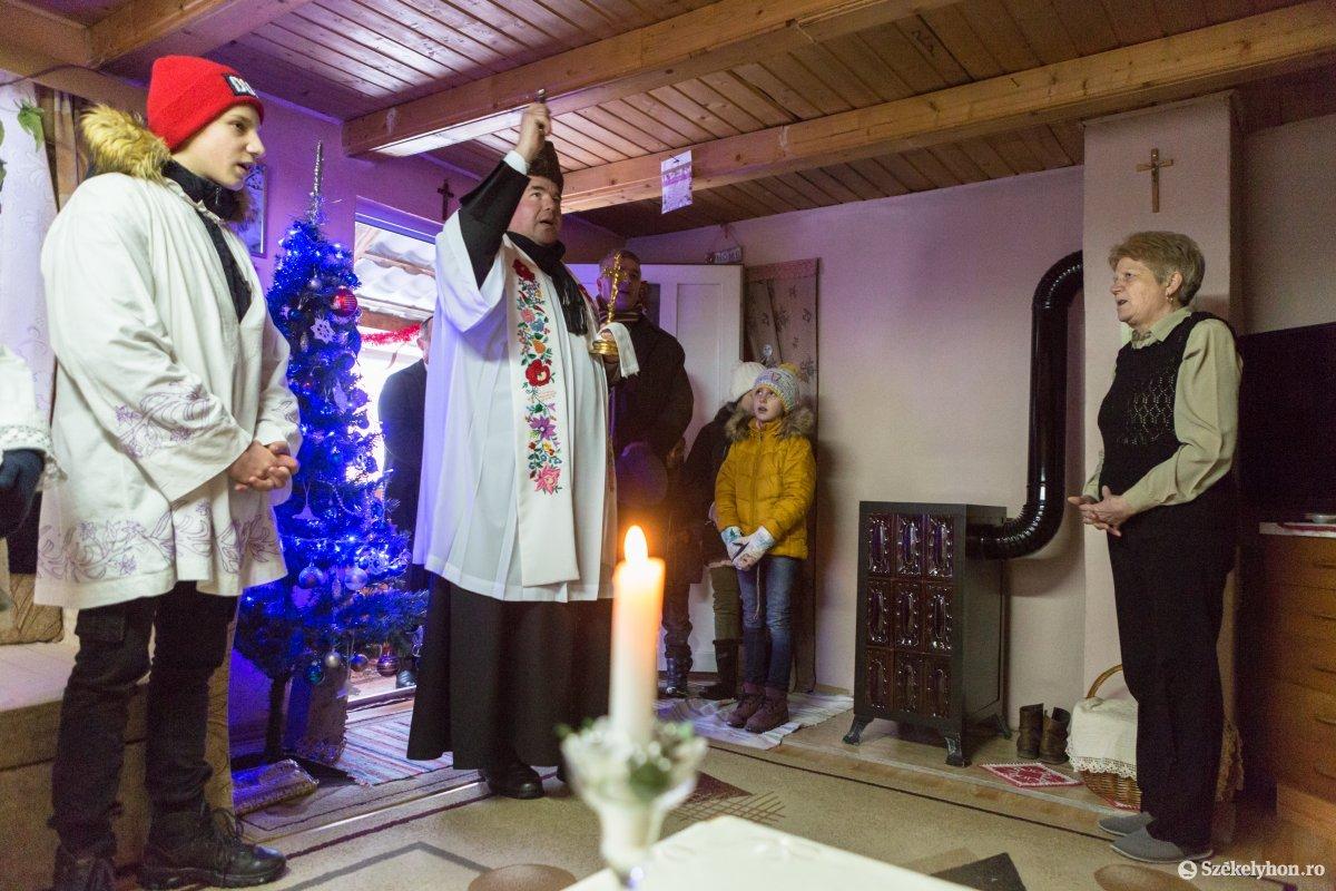 https://media.szekelyhon.ro/pictures/udvarhely/aktualis/2020/12-januar/o_vizkereszt-hazszenteles-gyepes-7-of-25-.jpg