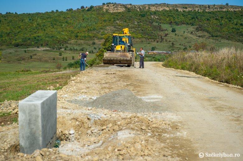 Kicsi, de fontos település irányába javítják az utat