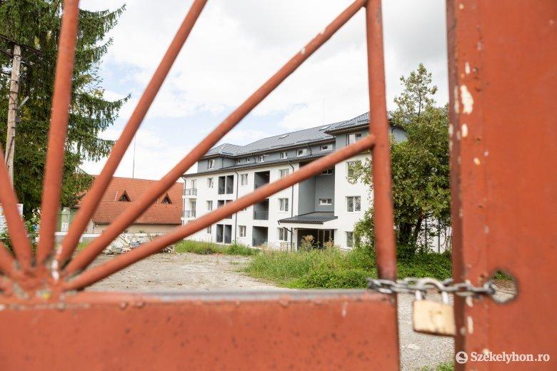 Felépítették a szolgálati lakások tömbházát, de elhúzódhat még az átadás