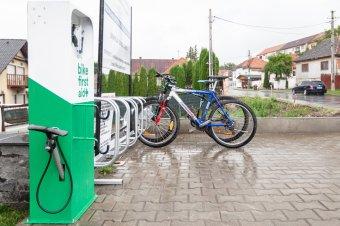 Köztéri kerékpárjavító-állomást és biciklitámaszokat szereltek fel Szentegyházán