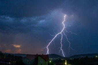 Viharokra és nagy mennyiségű esőre figyelmeztetnek a meteorológusok