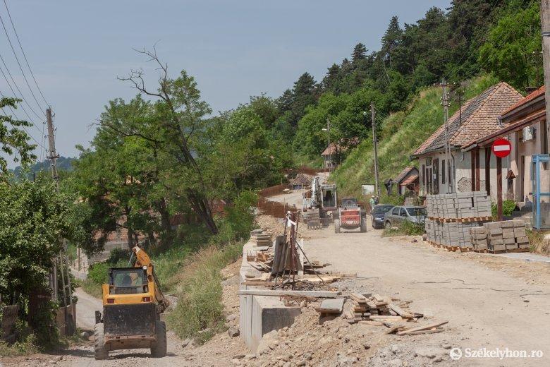 Az esőzések hátráltatták a munkát a Székelypálfalva és Énlaka közötti megyei úton