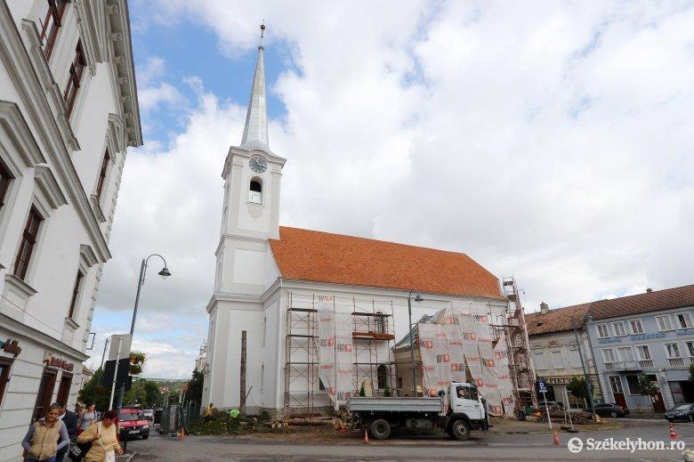 Kivágták az idős fenyőket a székelyudvarhelyi belvárosi templomnál