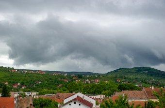 Hol kánikula, hol pedig viharok: többféle figyelmeztetés lépett érvénybe
